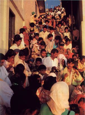 Queue on steps of Śrī Pada